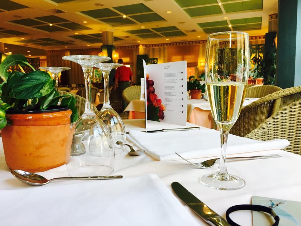 旅行中的教養觀察|西班牙Menorca。快樂家庭旅行的關鍵之一:全家人好好一起吃飯