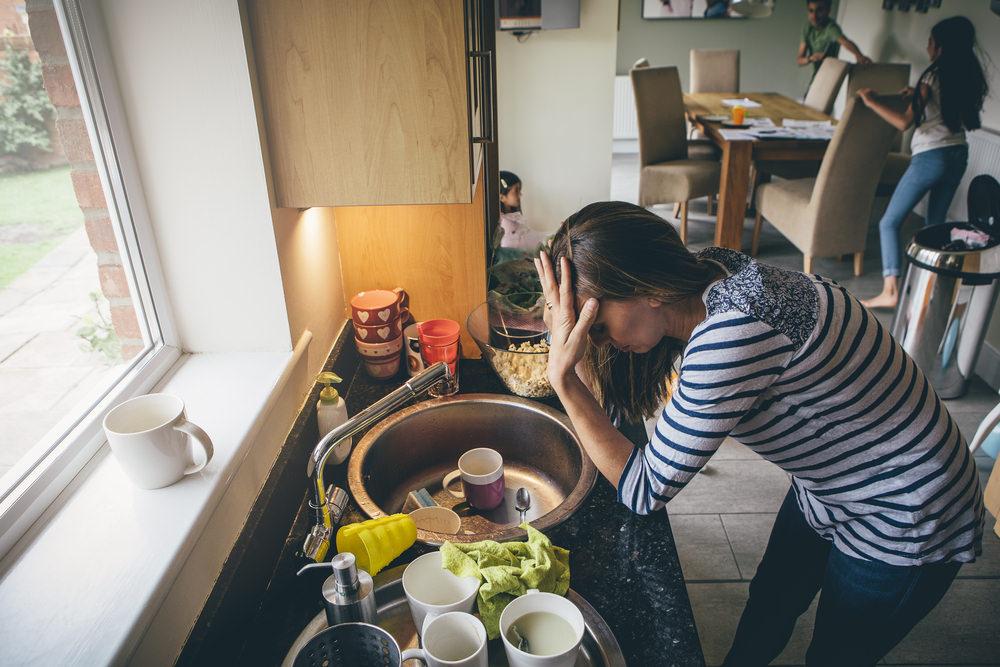 凱若媽咪|孩子不是媽媽一個人的。千萬別養出「只會吃飽在沙發上滑手機」的豬隊友!